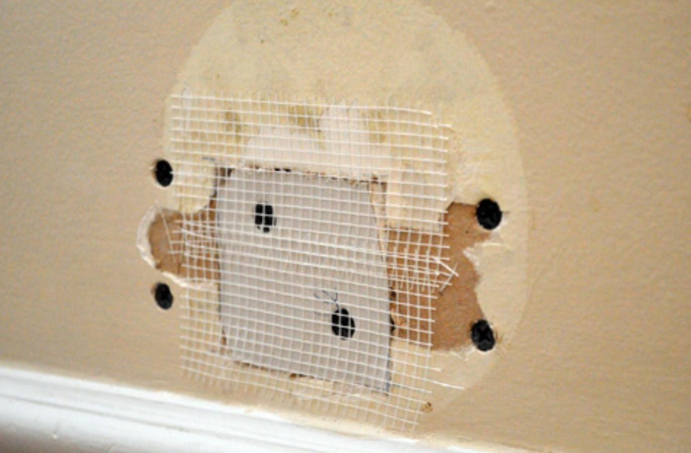как закрыть дыру в стене